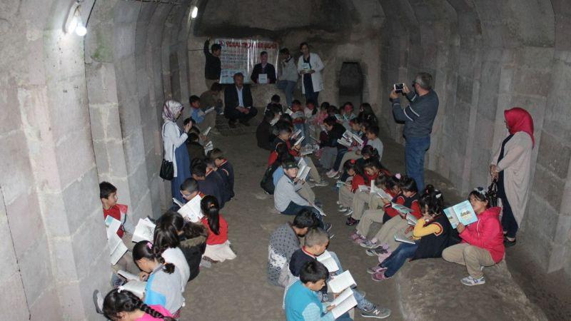 Öğrencilerden yer altı şehrinde kitap okuma etkinliği