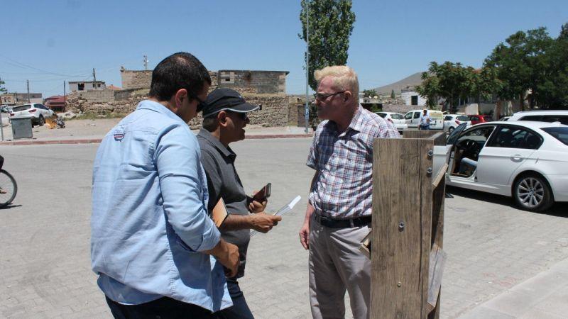 Turistlere kendi dillerinde hazırlanan Kur'an-ı Kerim hediye ediliyor