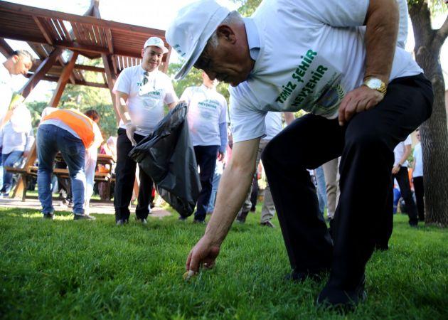 Nevşehir'de protokol üyeleri çöp topladı