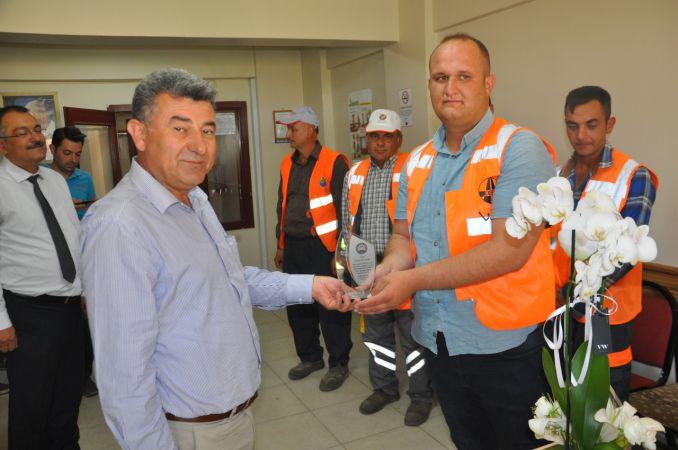 Para dolu çantayı sahibine teslim eden işçi ödüllendirildi