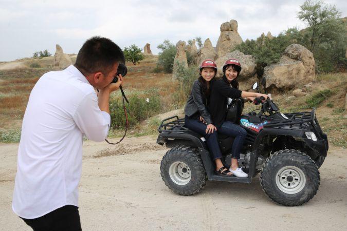 Peribacalarının Özbek fotoğrafçısı turizmin hizmetinde