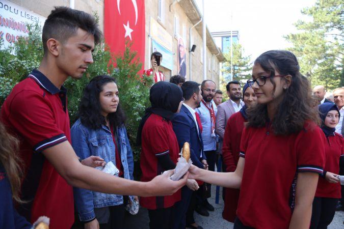 Okula yeni başlayan öğrencilere simit ve aşure ikramı