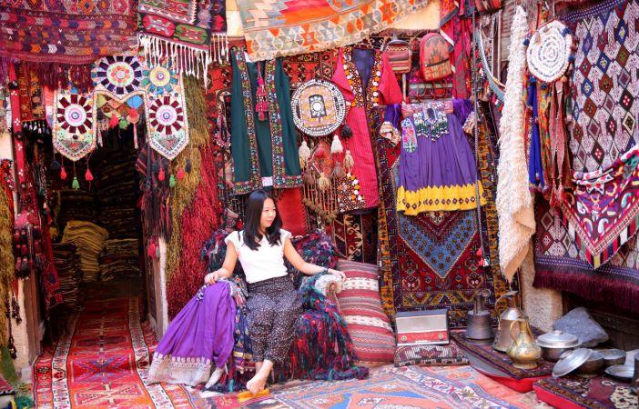 Türkiye'nin dört bir yanından toplanan halılara turist ilgisi