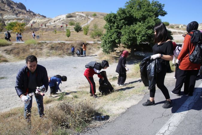 İHH gönüllüsü öğrenciler peribacaları arasında çöp topladı