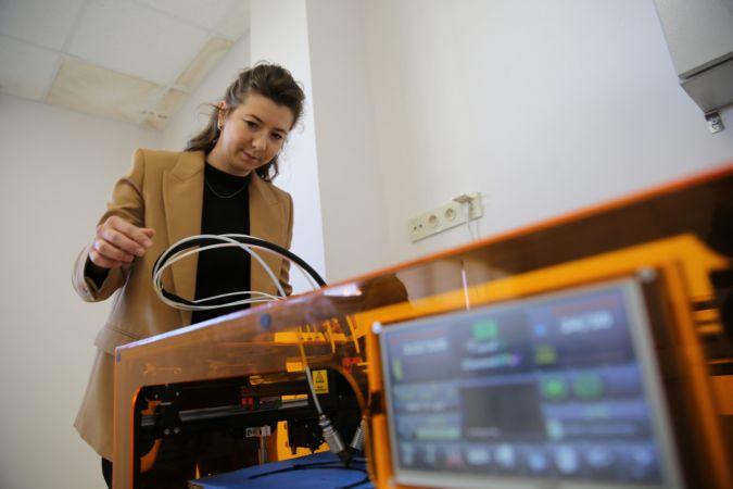 Nevşehir Hacı Bektaş Veli Üniversitesinde 3D yazıcıyla yüz siperliği üretimi başladı