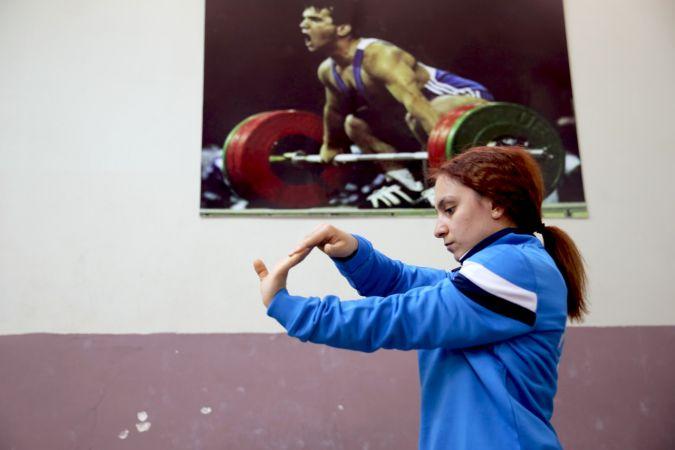 Dünya şampiyonu milli halterci Şaziye Erdoğan, izole edilmiş salonda hazırlıklarını sürdürüyor