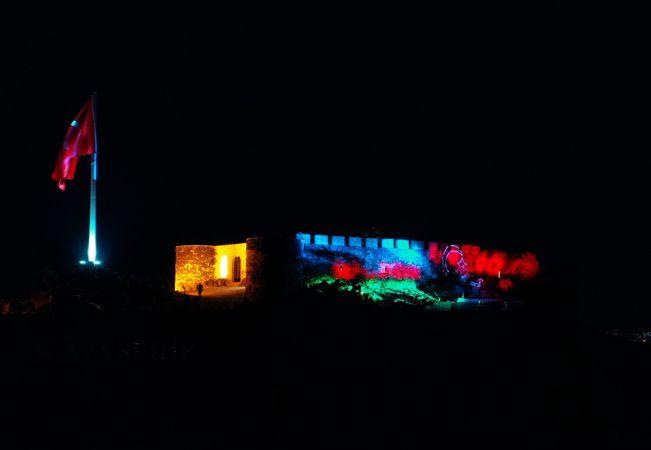 Nevşehir Kalesi'ne ışıklarla Azerbaycan ve Türk bayrağı yansıtıldı