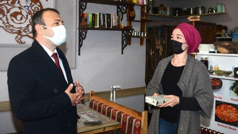 Başkan İbaş, Kadın Esnaflara Karanfil ve Lokum Hediye Etti.