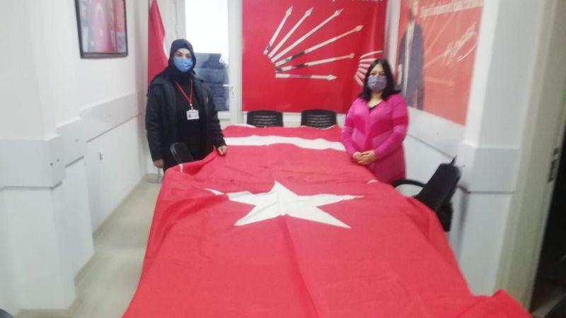 CHP'den Okullara Dev Bayrak