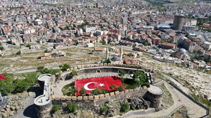 102 Genç Dev Türk Bayrağıyla Nevşehir Kalesine Yürüdü