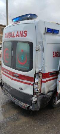 Kayseri'de Hasta Taşıyan Ambulansa Kamyon Çarptı