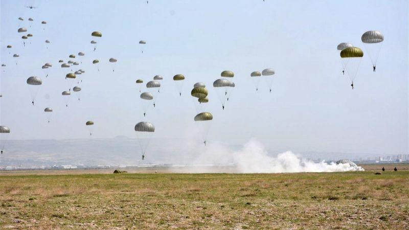 Komandoların Paraşütlü Atlayışı İzleyenleri Heyecanlandırdı