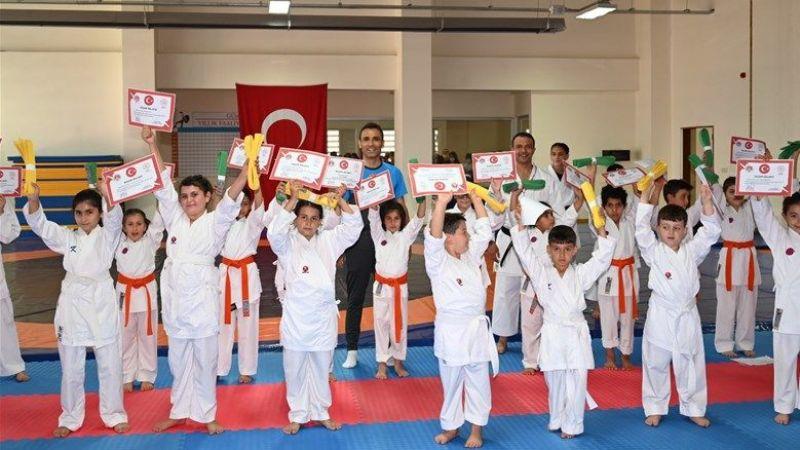Karateci Gençler Başarı Belgesi ve Kuşaklarını Aldı