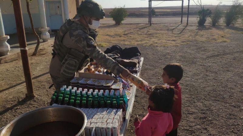 Mehmetçikten Suriyelilere Yardım Eli