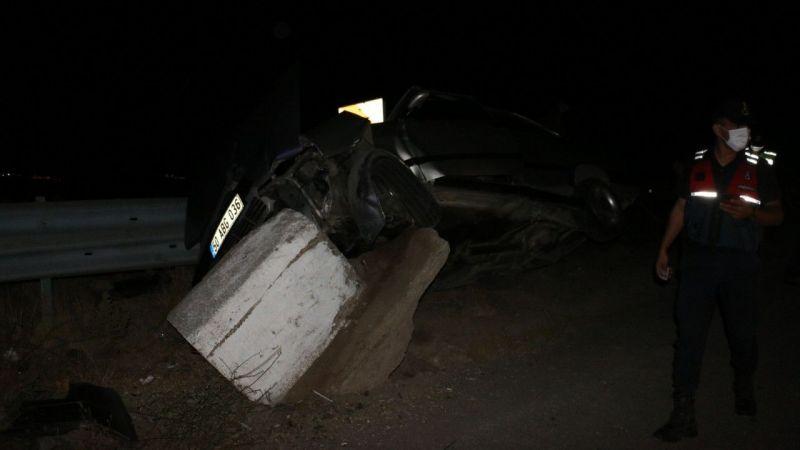 Direksiyon Hakimiyetini Kaybeden Sürücü Taş ve Bariyerlere Çarptı