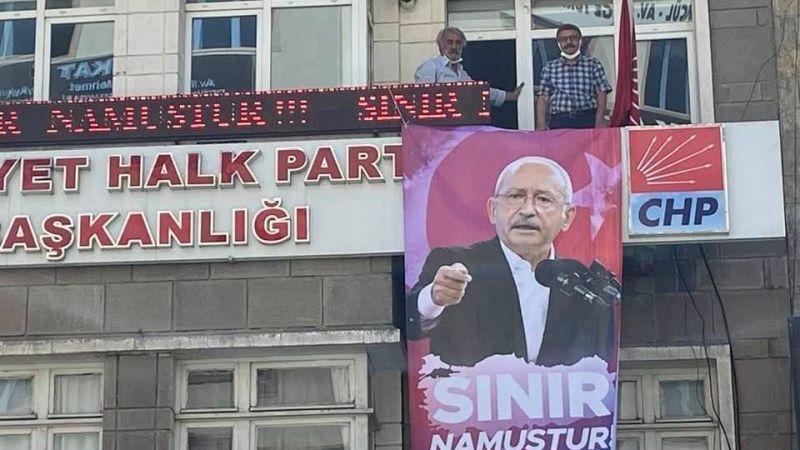 """CHP'den """"Sınır Namustur"""" Pankartı"""