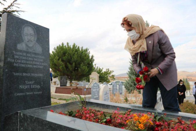 Neşet ve Babası Muharrem Ertaş'ın Mezarlarına Akşener'den Ziyaret