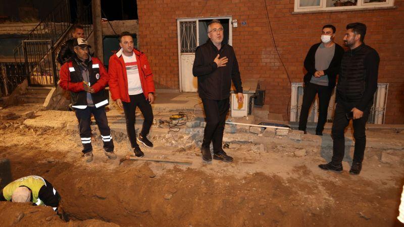 Başkan Savran, Gece Belediye Ekiplerinin Çalışma Alanlarında İncelemelerde Bulundu