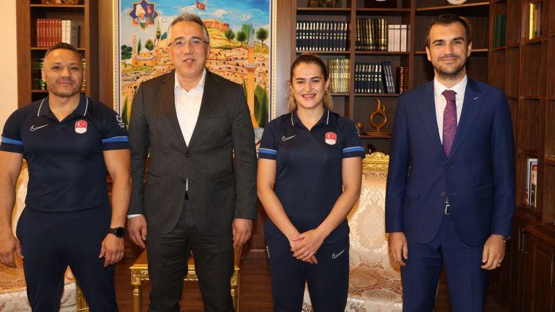 Başkan Savran'dan Esra Yıldız ve Antrenörü Nedim Baba'ya Tebrik