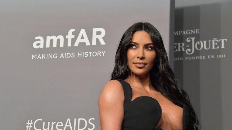 Utanmaz Kim Kardashian'a bak sen