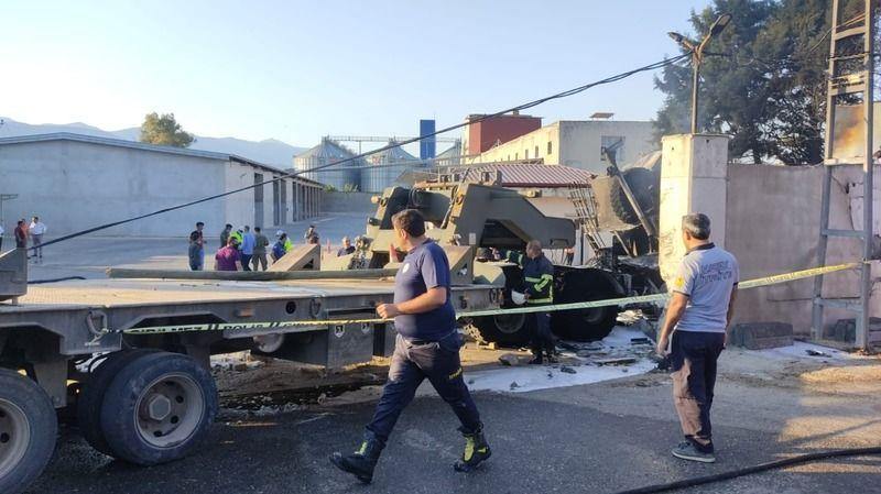 Askeri araç fabrikanın duvarı çarpıp alev aldı