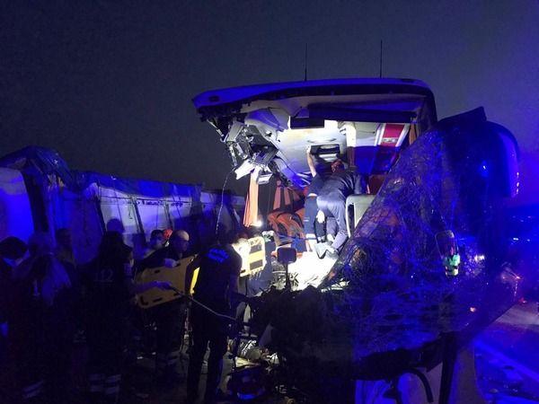Otobüs tıra çarptı: 9 ölü, 30 yaralı