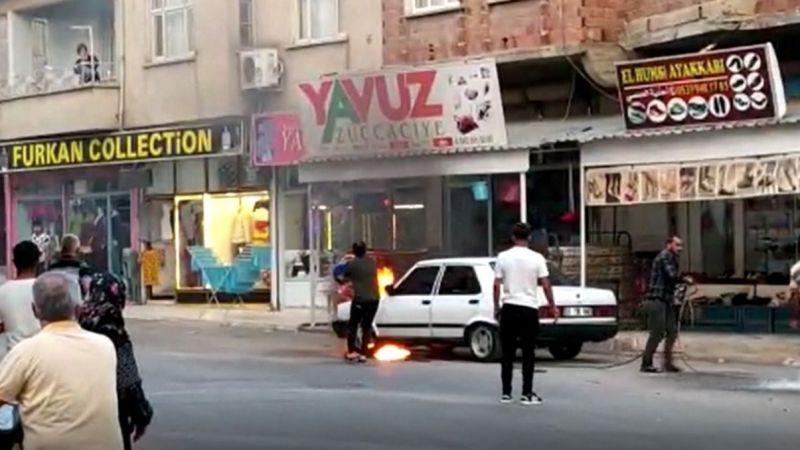 Gaziantep'in ilçesinde yanan araç için vatandaşlar seferber oldu