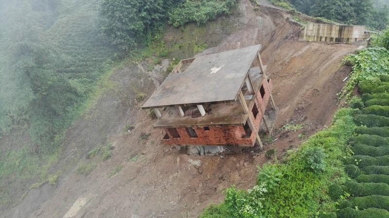 3 katlı bina heyelanda sürüklendi