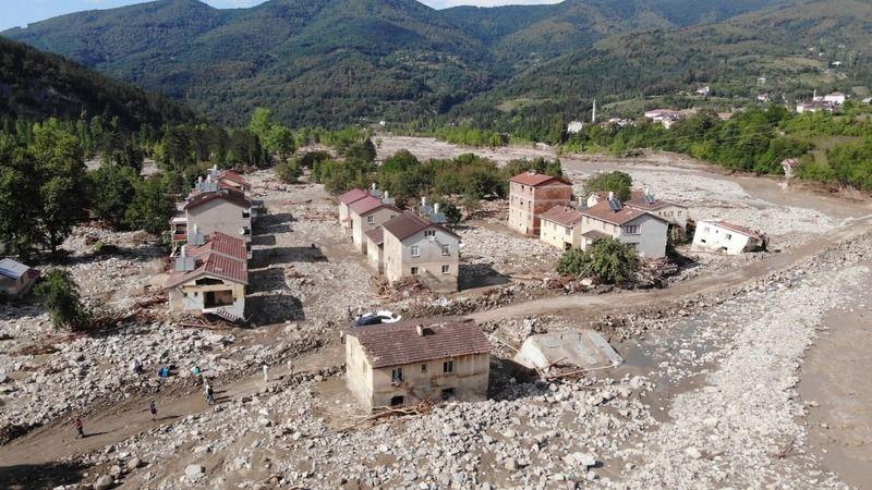 Sel bir köyü daha yok etti