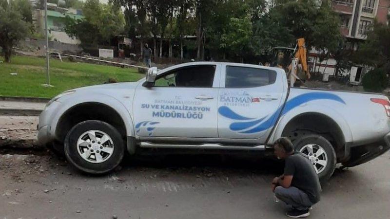 Belediyeye ait araç, belediyenin açtığı çukura düştü