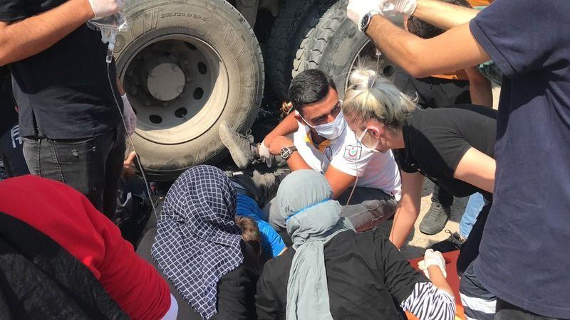 Motosiklet kamyonun altına girdi: 1 ölü, 1 ağır yaralı