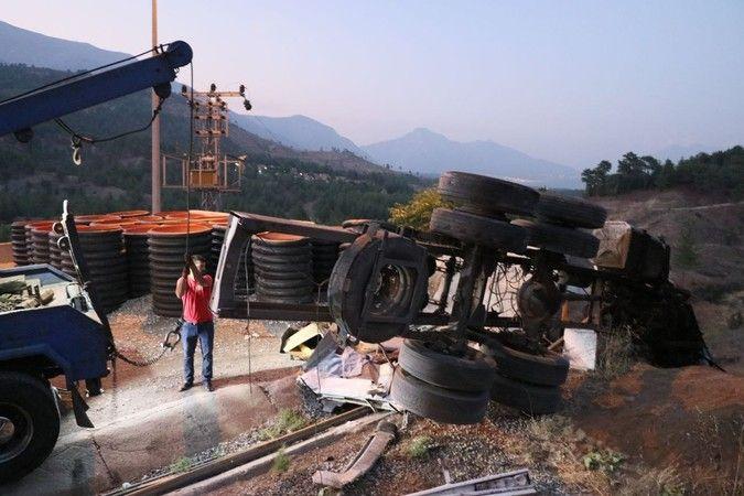 Beton bariyere çarpan kamyondaki 4 kişi öldü