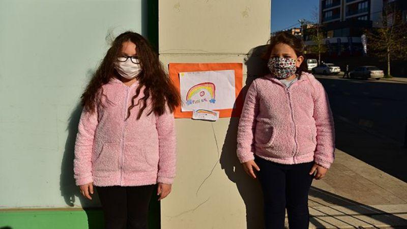 7 Ve 9 Yaşındaki Kardeşler Tuzla Sokaklarına Korona virüs Afişi Asıyor