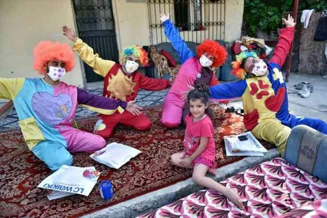 Gönüllü palyaçolardan çocuklara bayram hediyesi