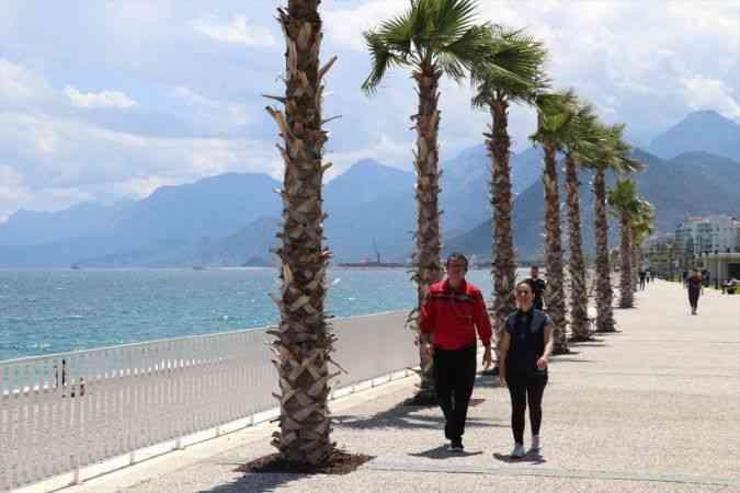 """Antalya sahillerinde """"sosyal mesafeli"""" deniz ve güneş keyfi"""