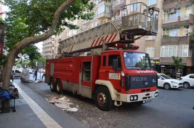 Kahramanmaraş'ta şiddetli rüzgar nedeniyle binanın dış cephe kaplaması uçtu