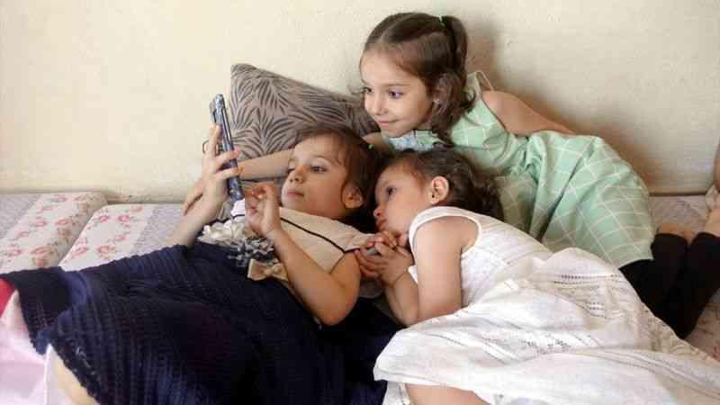 """Küçük kızlarının sessiz dünyasına """"ses"""" arıyorlar"""