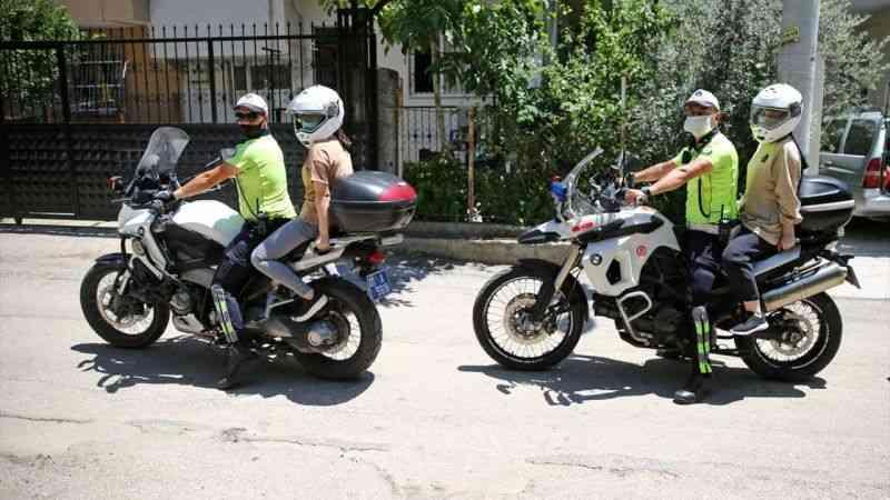 Trafik polislerinin motosikletle YKS'ye yetiştirdiği öğrencilerden teşekkür