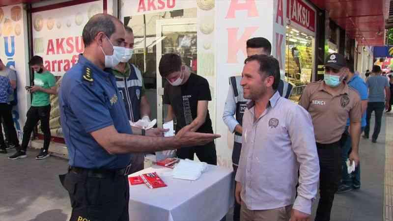 Kahramanmaraş Emniyet Müdürü Salim Celeboğlu, Elbistan'da vatandaşlara maske dağıttı
