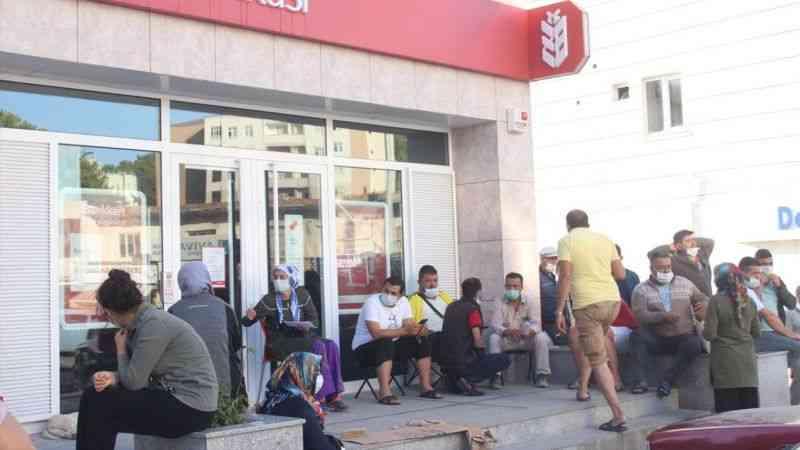 TOKİ'den ev almak için banka önünde sabahladılar