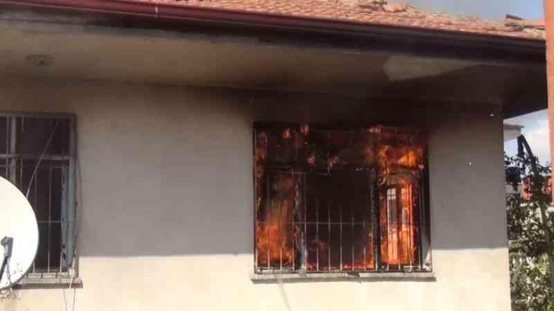 Yaşlı adamın 80 bin lirasını çalıp, evi ateşe verdiler