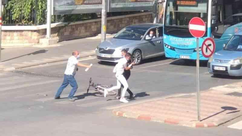 Kahramanmaraş'ta yayaya çarpan bisikletlinin kavgası güvenlik kamerasında