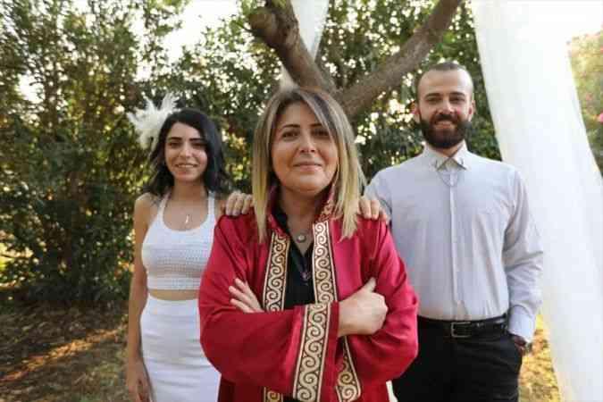 Mersin'de nikah memuru anne, mesleğine kızının nikahını kıyarak veda etti