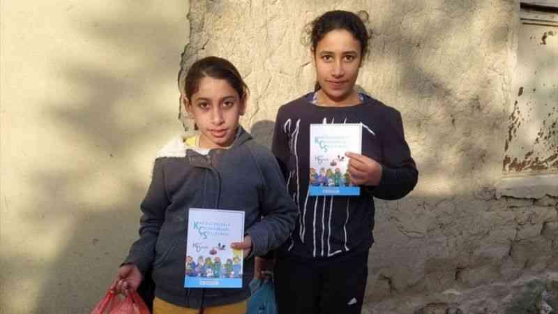 """Tarsus'ta çocuklara """"Karikatürlerle Çocuk Hakları Sözleşmesi"""" kitabı dağıtıldı"""