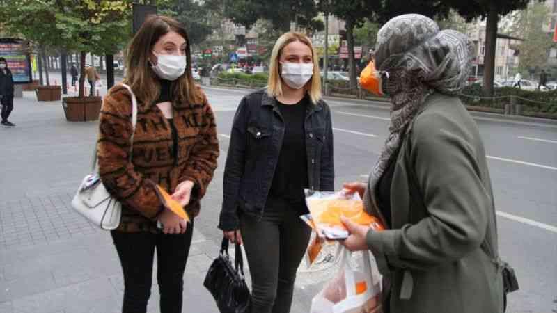 Kahramanmaraş'ta kadınlara maske dağıtıldı