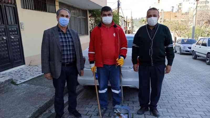 Osmaniye'de temizlik işçisi yolda bulduğu 5 bin lirayı sahibine teslim etti