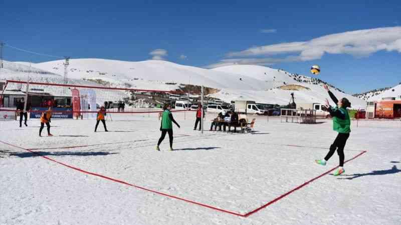 """Kahramanmaraş'ta """"kar voleybolu"""" turnuvası düzenlendi"""