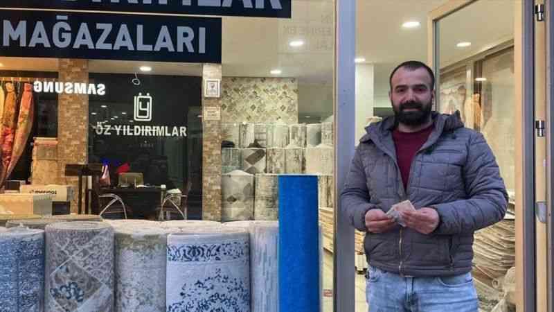 Kahramanmaraş'ta esnaf, kaldırımda bulduğu paranın sahibini arıyor