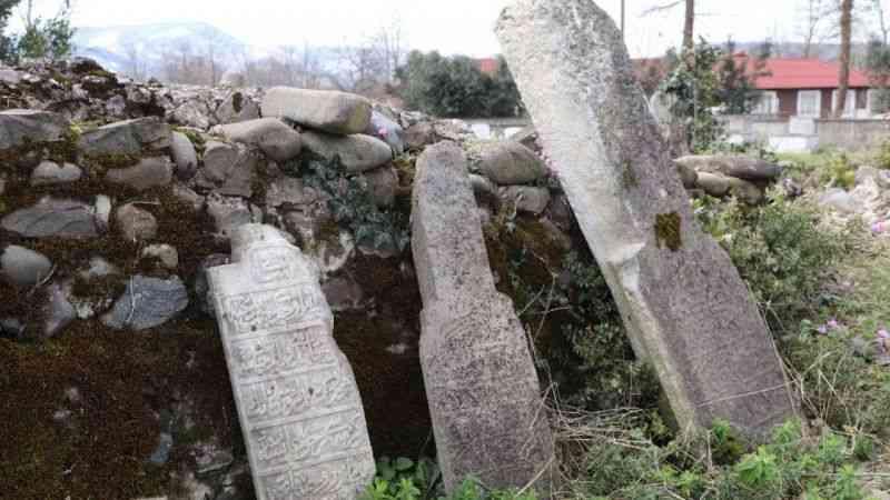 Tarihi 'Paşa Mezarlığı'nı defineciler talan etti