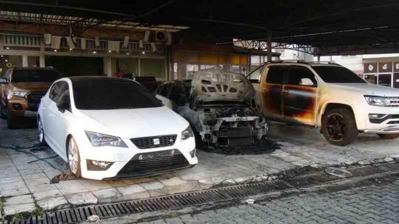 Kasklı kundakçılar galerideki lüks araçları böyle yaktı - Haberma - Haberin  Panoraması